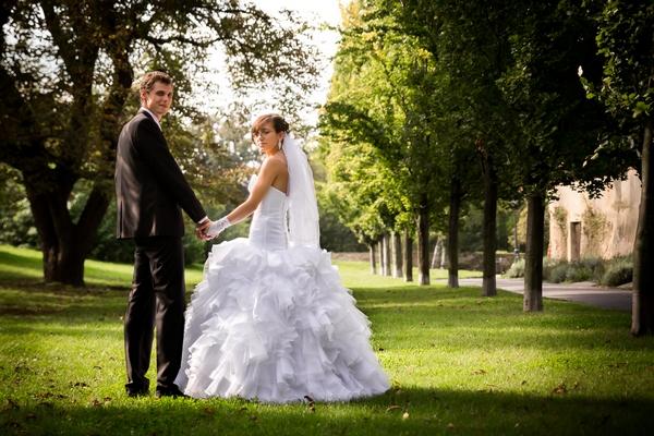 Svatební fotografie záběr zespodu