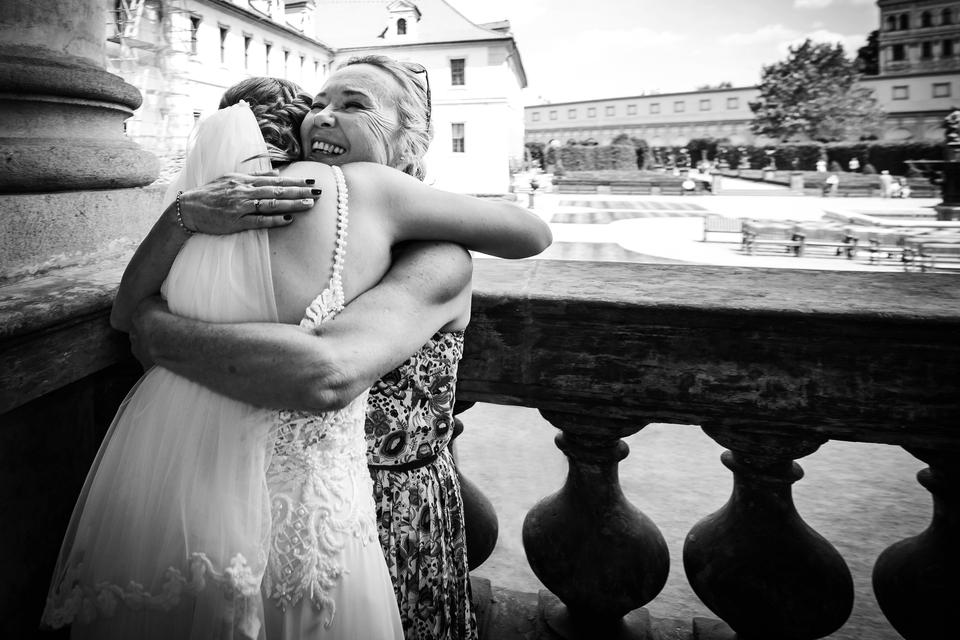 Další ukázka objetí v černobílé škále. Tentokrát maminka s dcerou nevěstou.