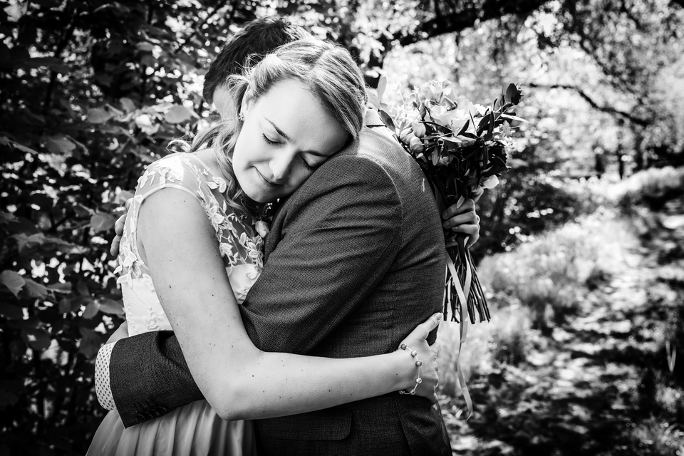 Černobílá fotografie dvou objímajících se lidí - takových fotek jsem vytvořil desítky a stovky, zejména při gratulacích novomanželům.