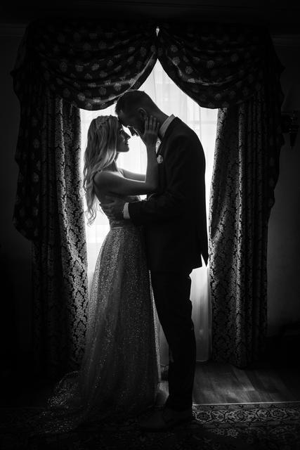 Černobílá úprava fotky obzvlášť vynikne u siluet před okny