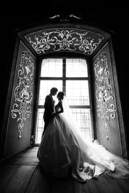 Černobílá svatební fotografie dokáže být velmi elegantní