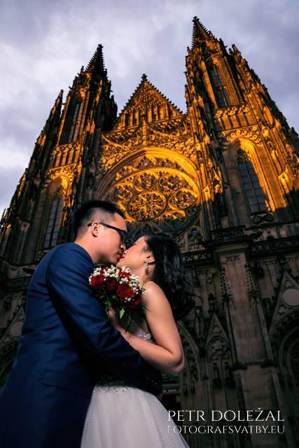 Golden hour in front of St. Vitus Cathedral on Pre Wedding Prague Photo