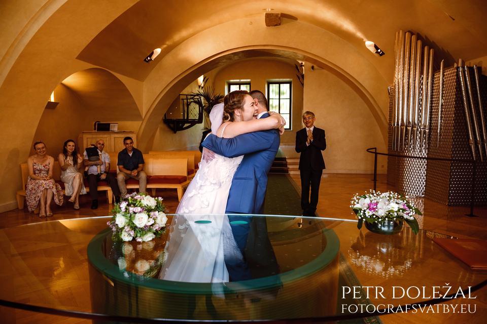 focení svatby - objetí po prvním manželském polibku