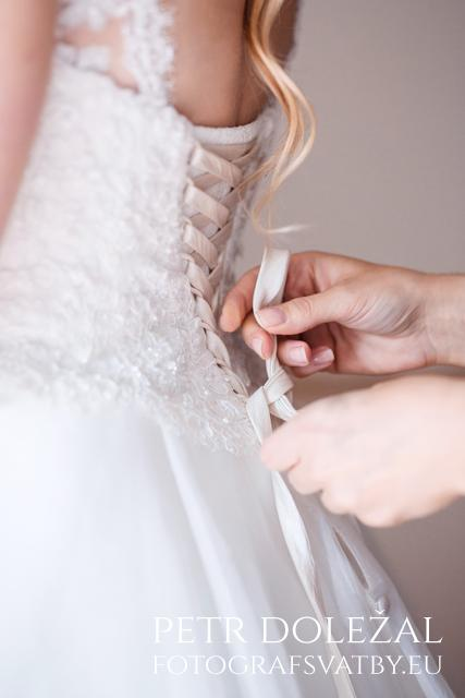 Detail šněrování svatebních šatů nevěsty