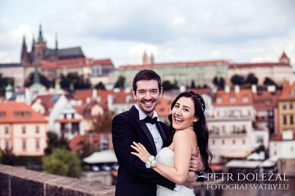 Pre Wedding Photo with Complete panorama of Prague castle complex and St. Vitus Cathedral captured from Charles Bridge.
