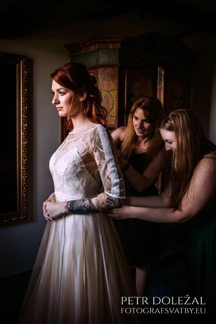 Zavazování svatební šatů nevěsty