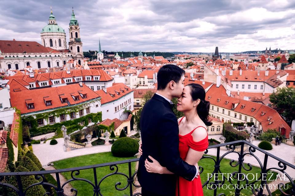 Vrtba Garden with typical prague red Roofs in your prewedding Photos