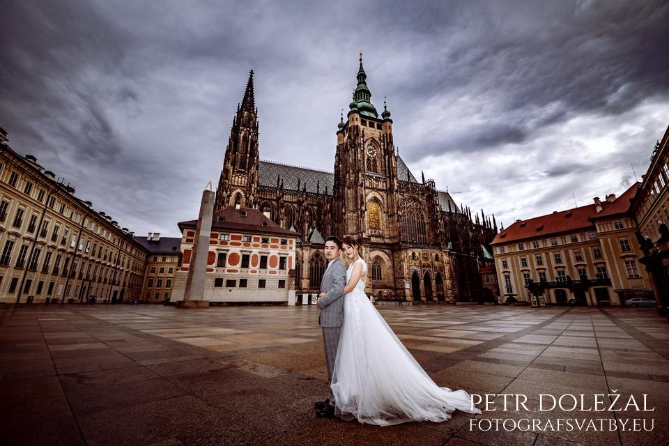 Pre Wedding Photo with St. Vitus Cathedral in Prague