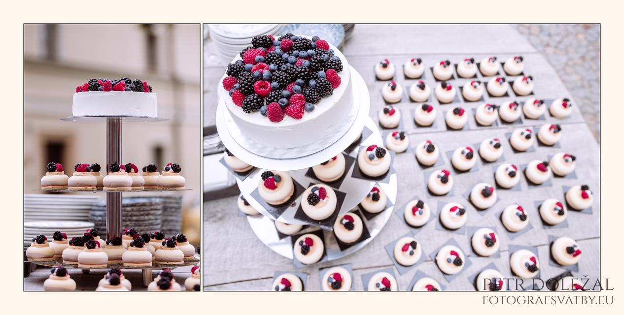 Detailní fotografie svatebního dortu