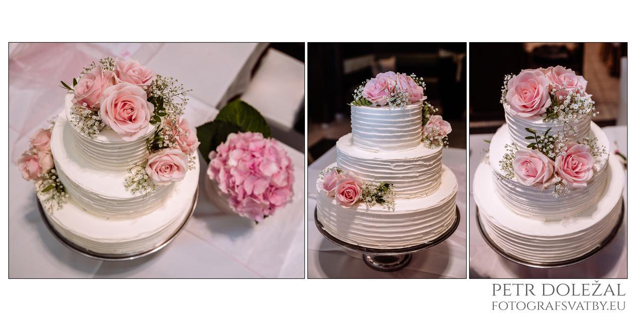 Detaily svatebního dortu ve fotografiích