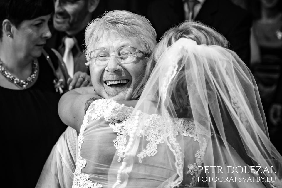 Černobílá svatební fotografie zdůrazňuje emoce