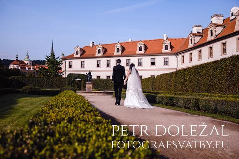 Svatební fotka Novomanželé kráčející po cestě