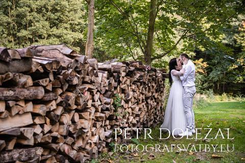 svatební fotka - linie směřující k nevěstě a ženichovi
