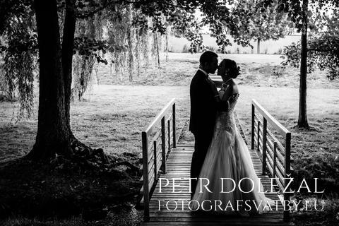 siluety nevěsty a ženicha