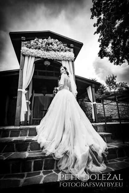 nevěsta na schodišti