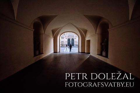 Svatební fotka - kompozice s liniemi