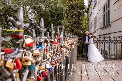 svatební fotka - nevěsta a ženich vedle zábradlí