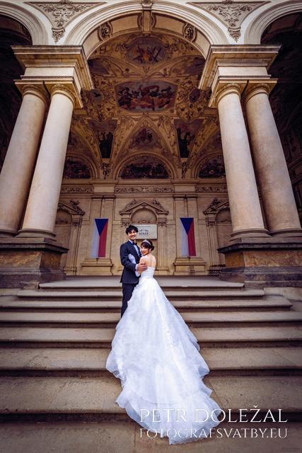 svatební fotografie se schodištěm