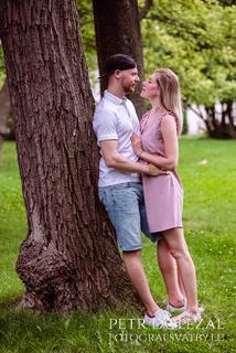 zásnubní fotografie - opření o strom