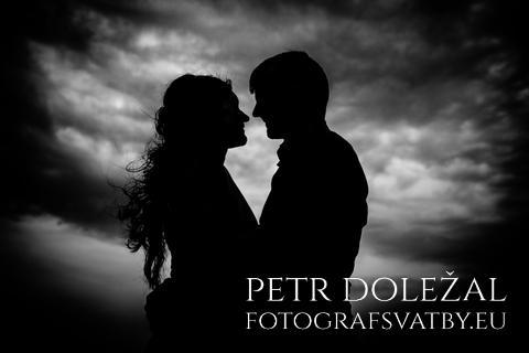 Novomanželé focení proti obloze