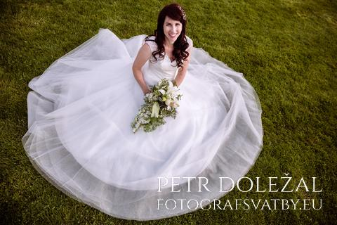 Nevěsta sedící v trávě