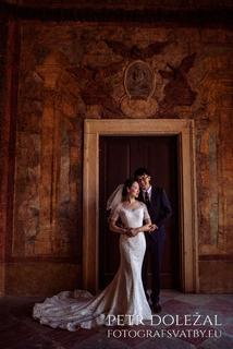 svatební fotografie - zarámování nevěsty a ženicha dveřmi