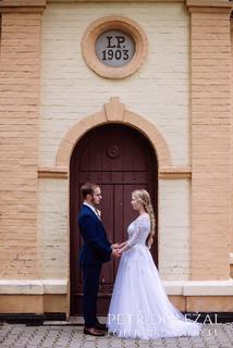 svatební fotografie - rámování nevěsty a ženicha dveřmi