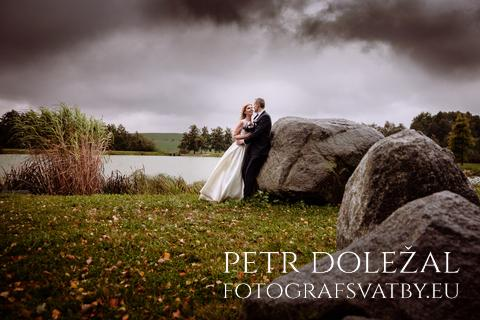 svatební fotka - novomanželé a řada kamenů