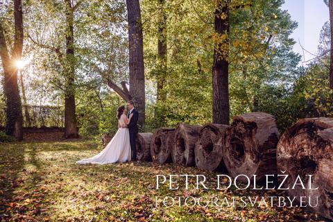 svatební fotka - novomanželé a řada kmenů