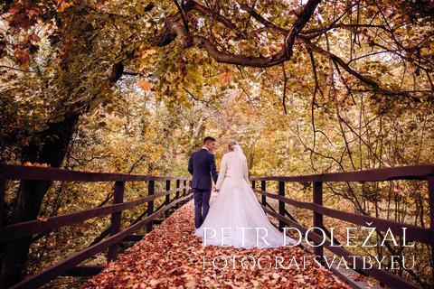 Svatební pár - symetrie mostu, podzim
