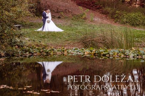 svatební fotografie - odraz novomanželů ve vodní hladině