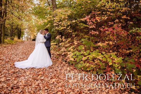 svatební fotka - novomanželé v podzimní krajině