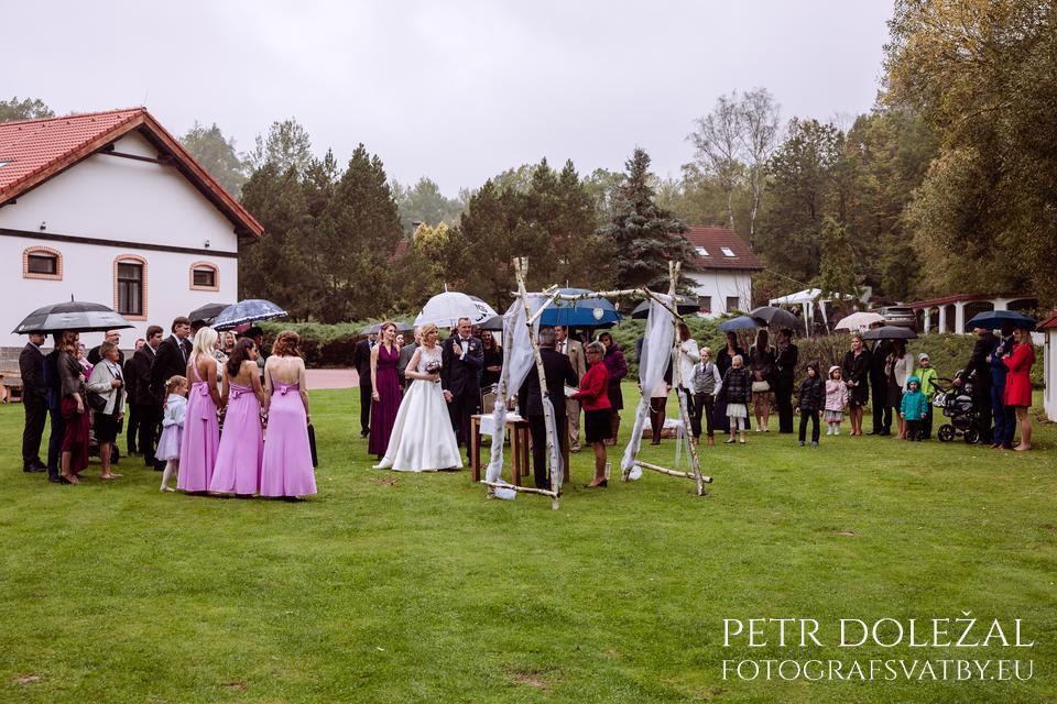 Svatební obřad venku v dešti