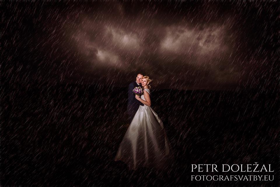 Deštivá svatba může vaše svatební fotografie proměnit v něco nevšedního.