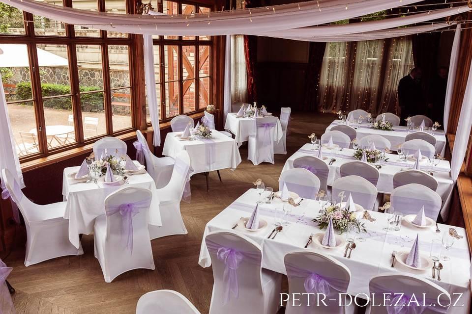 Interiér pavilonu Grébovka - před svatební hostinou