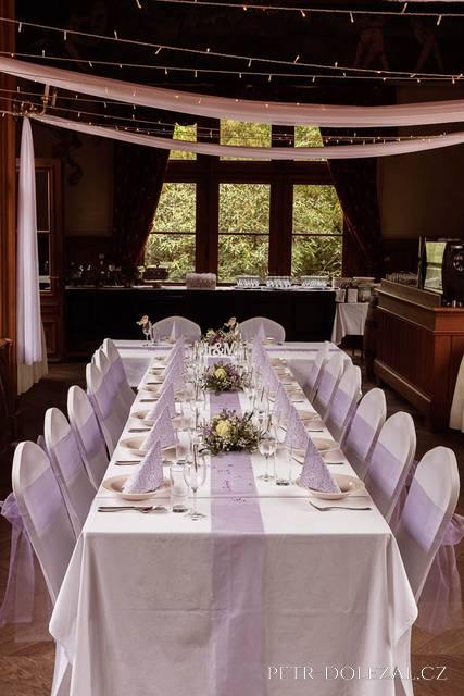 Připravené stoly na svatební hostinu v pavilonu Grébovka