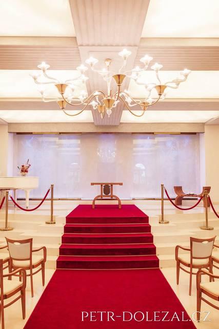 Snoubenci do obřadní síně nejdříve scházejí ze schodů, pak opět vystoupají po schodech nahoru, po dobu ceremoniálu tak stojí výše než svatební hosté.