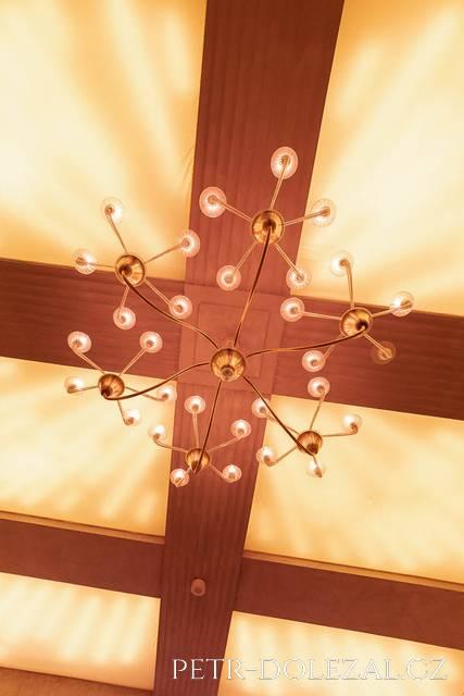 Hlavní lustr v obřadní síni Vršovického zámečku