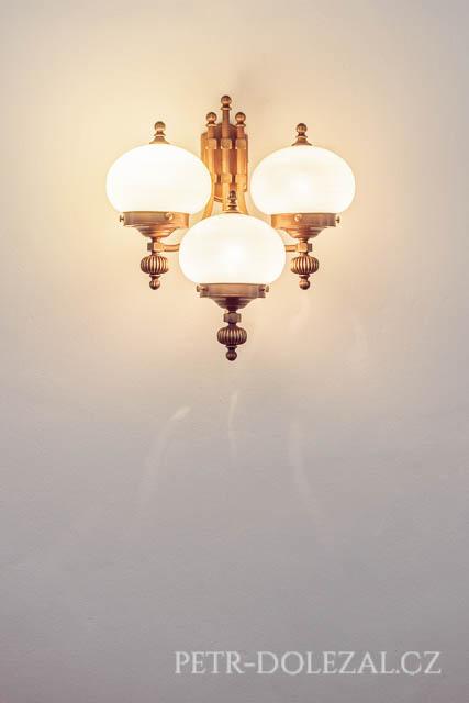 Detail osvětlení v obřadní síni Vysočanské radnice