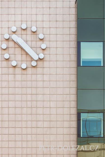 Detail fasády radnice na Praze 9
