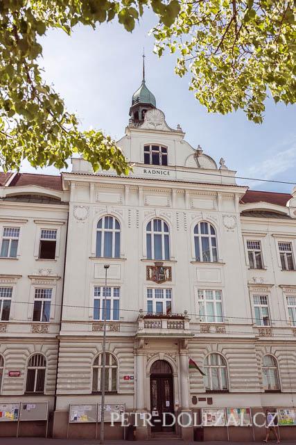 Svatební síň je ve 2. patře této historické budovy Vysočanské radnice