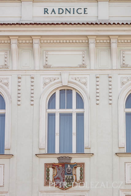 Detail ozdobné fasády historické Vysočanské radnice