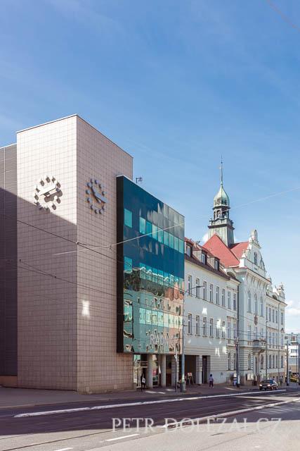 Moderní budova Vysočanské radnice a hned za ní historická budova. Obřadní síň se nachází v té starší budově.