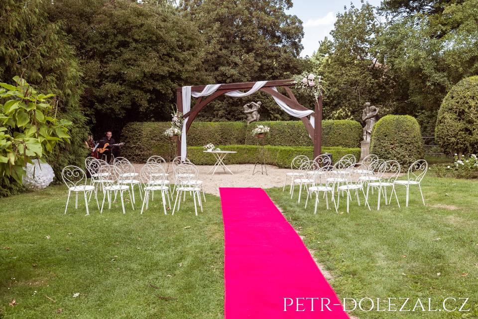 Svatební obřad na zámku Loučeň v zámeckém parku