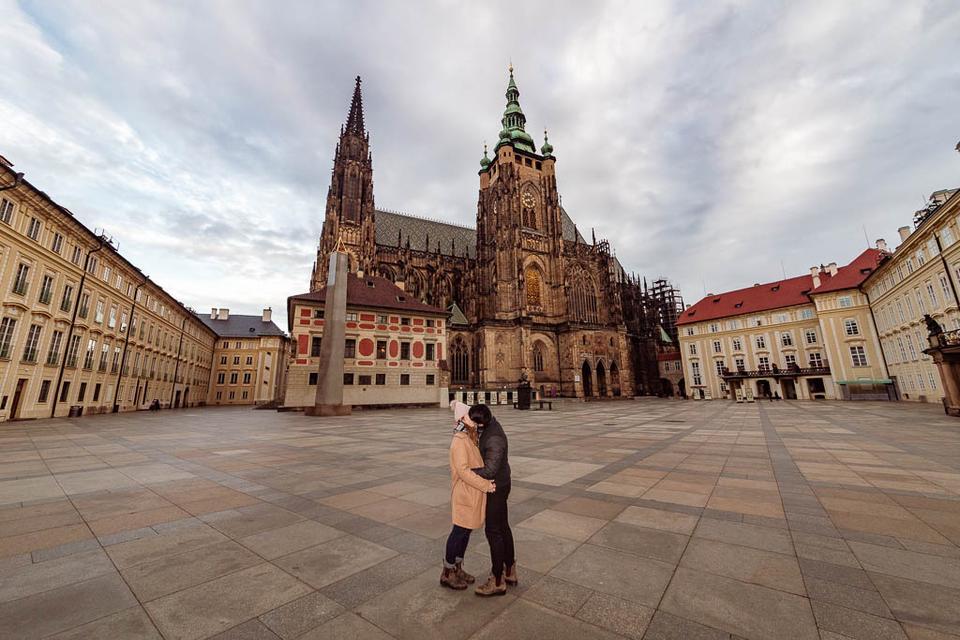 Prázdný areál Pražského hradu bez lidí