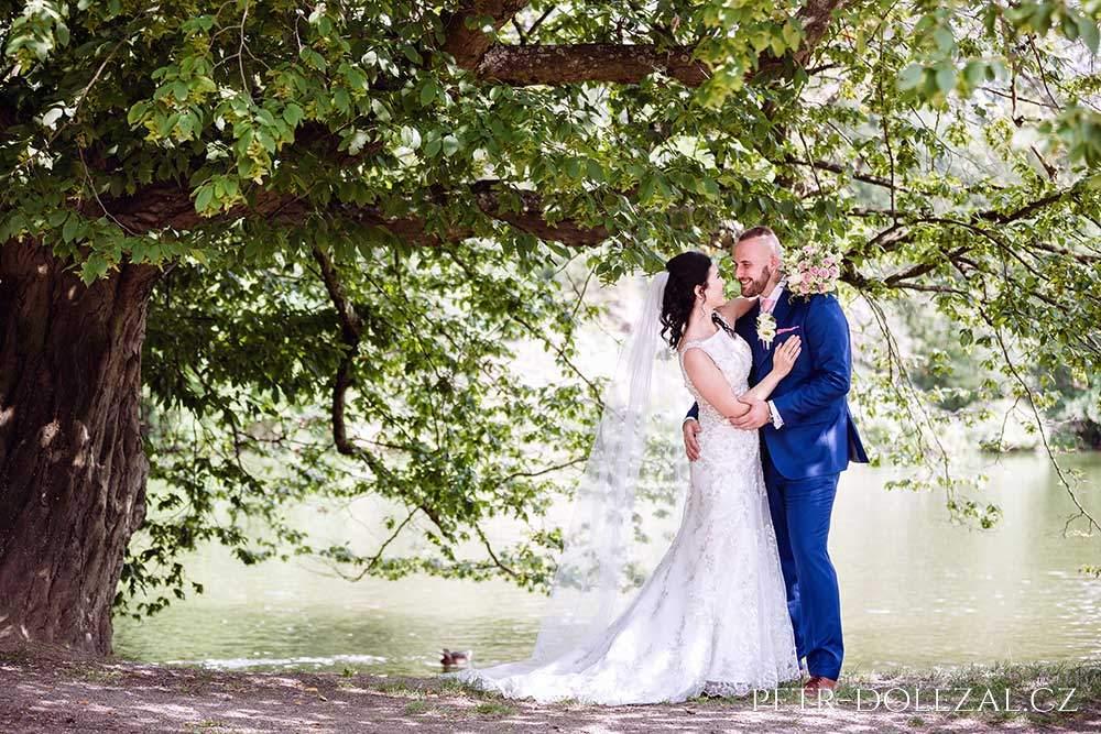 Foto svatby se stromem a rybníkem