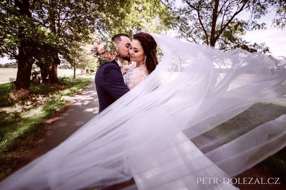 Foto svatby, kde nevěsta měla dlouhý závoj