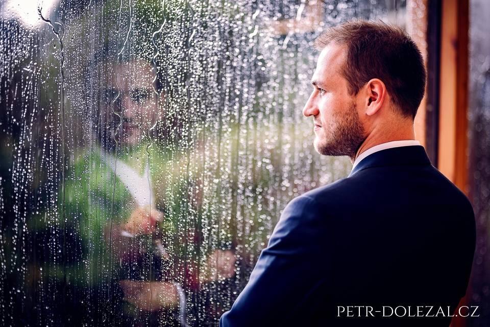 Fotografie ze svatby, kde pršelo