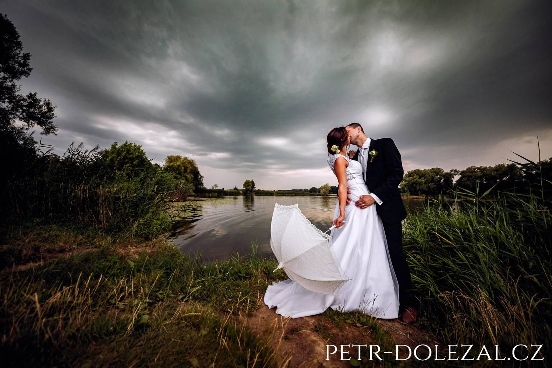 Fotografie svatby, kde nevěsta měla bílý slunečník
