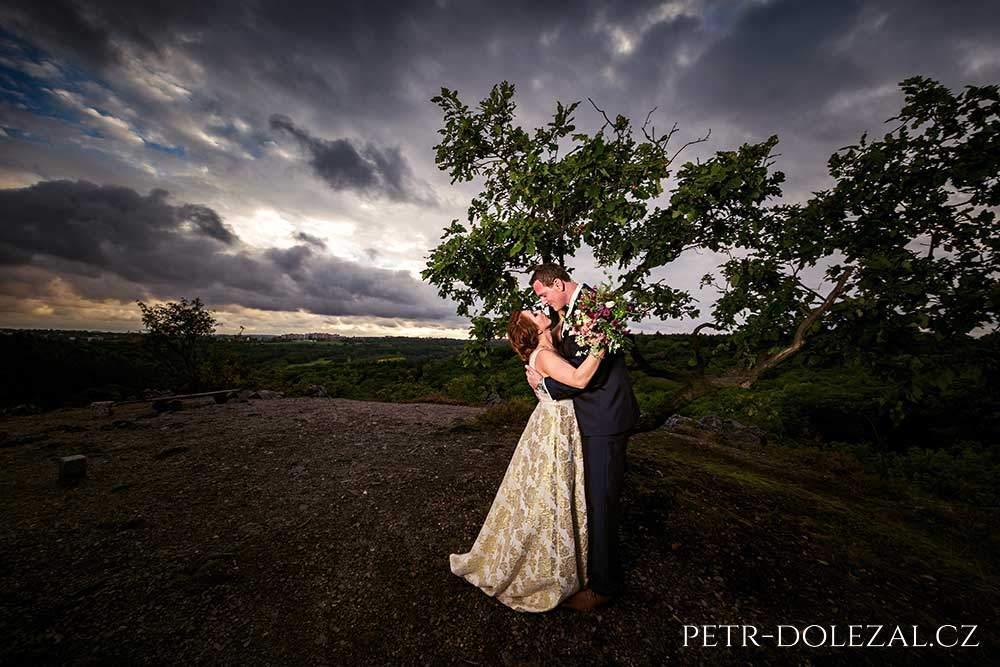 Svatební fotka s dramatickou oblohou
